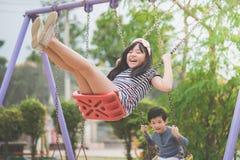Азиатская девушка отбрасывая на спортивной площадке стоковое фото rf