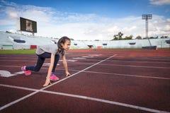 Азиатская девушка подготавливает побежать в отправной точке на беговой дорожке, ходе и тренировке для здоровья стоковые изображения rf