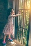 Азиатская девушка при красивое платье смотря положение восхода солнца Стоковое Изображение