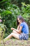 Азиатская девушка сидит вниз путь в бамбуковом лесе Стоковое фото RF