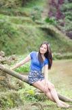 Азиатская девушка сидит вниз путь в бамбуковом лесе Стоковая Фотография