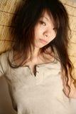 азиатская девушка смотря телезрителя Стоковые Фото