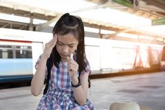 Азиатская девушка с боязнью высоты, головокружением, мигренью, больной подавленной девушкой s стоковые изображения