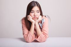 Азиатская девушка с унылой эмоцией Стоковые Изображения RF