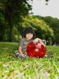 азиатская девушка шарика ее парк Стоковое Фото