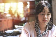 Азиатская девушка я случайно был снят Пока ждущ торт стоковая фотография