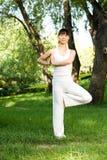 азиатская делая йога девушки Стоковые Изображения