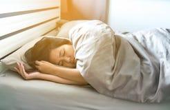 Азиатская депрессия женщины имеет тоскливость головной боли и чувства в спальне стоковое изображение rf