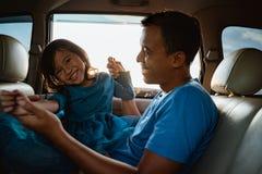 Азиатская дочь с отцом в игре автомобиля стоковое изображение rf