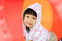 Азиатская девушка в белой куртке клобука Стоковые Фотографии RF