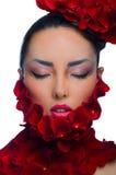 Азиатская девушка в лепестках розы стоковое изображение rf