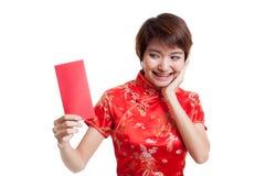 Азиатская девушка в китайском платье cheongsam с красным конвертом стоковое изображение