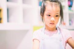 Азиатская девушка в художественном классе Стоковые Изображения RF