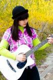 Девушка играя гитару Стоковые Фото