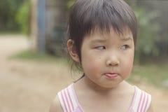Азиатская девушка играя на спортивной площадке и выведенных глазах Стоковое Изображение RF