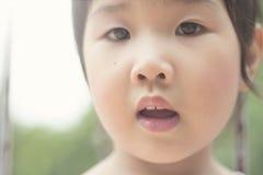 Азиатская девушка играя на спортивной площадке Стоковые Фото