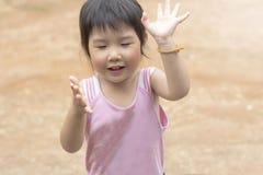 Азиатская девушка играя на спортивной площадке Стоковое Фото