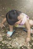 Азиатская девушка играя на спортивной площадке Стоковая Фотография