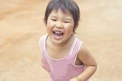 Азиатская девушка играя на спортивной площадке Стоковое Изображение