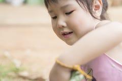 Азиатская девушка играя на спортивной площадке Стоковые Изображения RF
