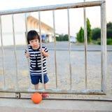 Азиатская девушка играя шарик Стоковая Фотография