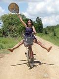 Азиатская девушка идет на велосипед Стоковая Фотография