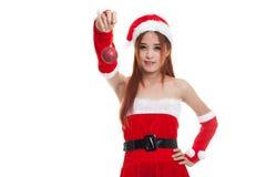 Азиатская девушка Клаус Санта Клауса рождества одевает с шариком безделушки Стоковые Фотографии RF