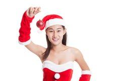 Азиатская девушка Клаус Санта Клауса рождества одевает с шариком безделушки Стоковые Изображения RF