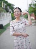 Азиатская девушка наслаждается ее счастливым временем стоковое изображение