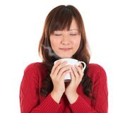 Азиатская девушка наслаждаясь кофе Стоковая Фотография RF
