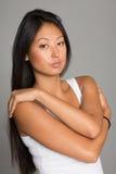Азиатская девушка на серой предпосылке Стоковые Изображения RF