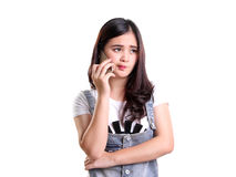 Азиатская девушка на телефоне чувствует разочарованной стоковая фотография rf