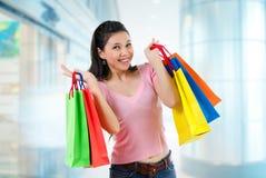 Азиатская девушка покупок Стоковое Изображение