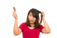 Азиатская девушка потревожилась о выпадении волос, Стоковое фото RF