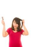 Азиатская девушка потревожилась о выпадении волос, Стоковая Фотография RF