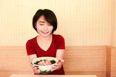 азиатская девушка принимает шар салата рыб Стоковое фото RF