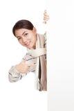 Азиатская девушка при шарф peeking от задних пустых знака и пункта Стоковые Фотографии RF