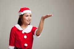 Азиатская девушка рождества с Санта Клаусом одевает присутствующий космос на h Стоковые Фото