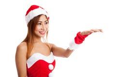 Азиатская девушка рождества с Санта Клаусом одевает присутствующий космос на h Стоковые Фотографии RF