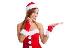 Азиатская девушка рождества с Санта Клаусом одевает присутствующий космос на h Стоковое Изображение RF