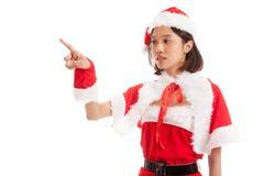 Азиатская девушка Санта Клауса рождества делает представление экрана касания Стоковые Фото