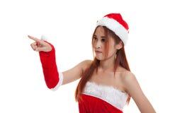 Азиатская девушка Санта Клауса рождества делает представление экрана касания Стоковая Фотография RF