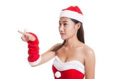 Азиатская девушка Санта Клауса рождества делает представление экрана касания Стоковое Фото