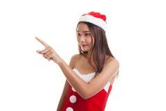 Азиатская девушка Санта Клауса рождества делает представление экрана касания Стоковое фото RF