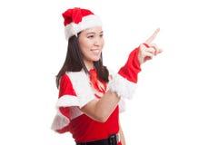 Азиатская девушка Санта Клауса рождества делает представление экрана касания Стоковые Изображения