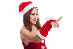 Азиатская девушка Санта Клауса рождества делает представление экрана касания Стоковое Изображение RF