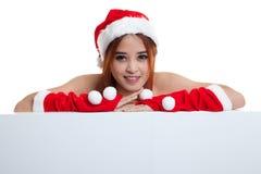 Азиатская девушка Санта Клауса рождества с пустым знаком Стоковое Изображение RF