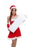 Азиатская девушка Санта Клауса рождества с пустым знаком Стоковая Фотография RF