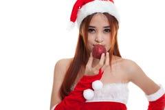Азиатская девушка Санта Клауса рождества с шариком безделушки Стоковые Изображения
