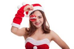 Азиатская девушка Санта Клауса рождества с шариком безделушки Стоковое фото RF